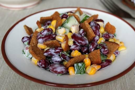 Добавляем сухарики и майонез. Тщательно перемешиваем салат. Приятного аппетита!
