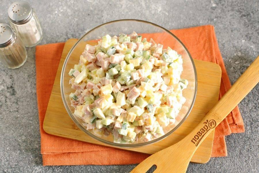 Посолите, поперчите, заправьте салат майонезом и хорошо перемешайте. Салат с ветчиной и сыром готов.