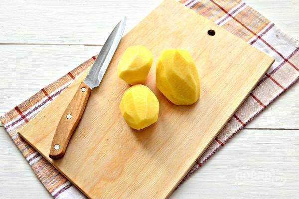 5. Пока варится горох очистите и измельчите картофель.