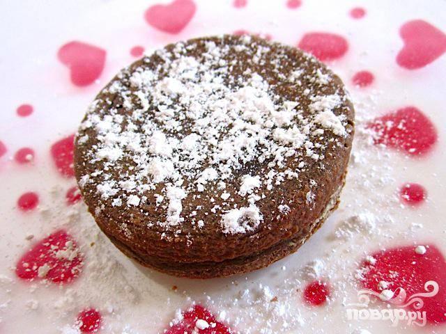 Выложить на тарелочки, посыпать сахарной пудрой, либо взбитыми сливками или ягодами.