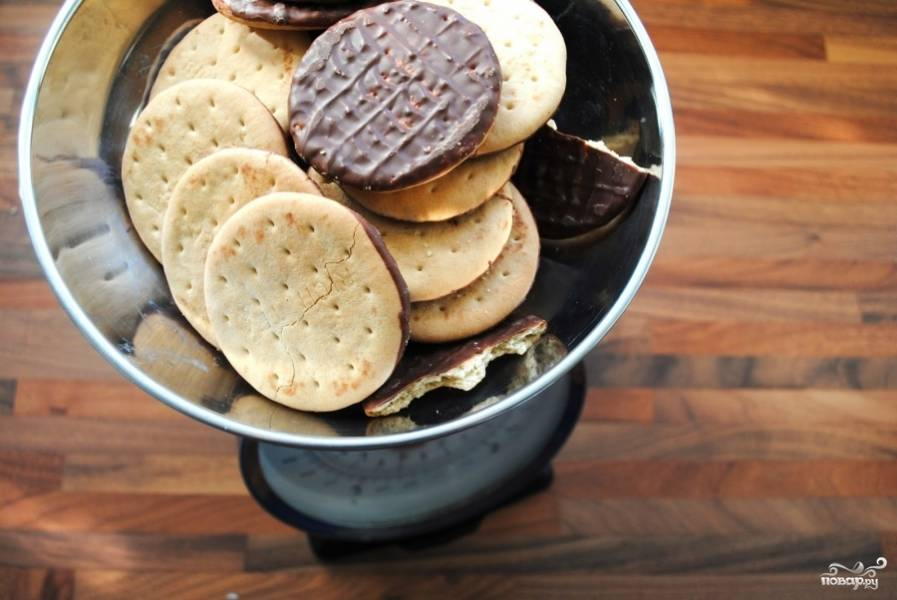 Печенье раскрошить и смешать со 100 гр масла, пока не получится влажная крошка.