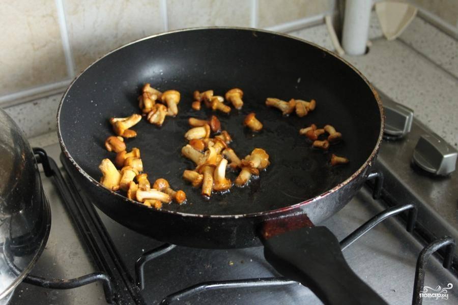 На сковородку налить оливкового масла и первыми отправить жариться на медленном огне лисички.