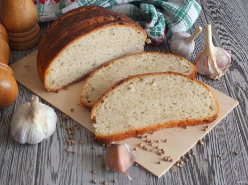 Хлеб с кориандром хорошо подавать к первым блюдам. Приятного аппетита!