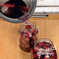 В заранее заготовленные вымытые и простерилизованные банки выкладываем ягоды без сиропа. Сироп варим еще 15 минут и тоже разливаем по банкам. Закрываем банки и отправляем в сухое темное место на хранение.