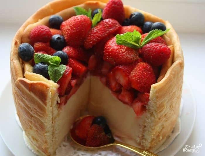 9. Крем выложите в бисквитную форму корзинки. Накройте пленкой. Поставьте в холодильник на ночь. Заполняйте бисквитную корзинку фруктами непосредственно перед подачей к столу. Теперь, когда вы узнали, как приготовить торт «Баварезе», сделайте его на своей кухне. Ваши близкие будут вам искренне признательны за такой воздушный, вкусный десерт.