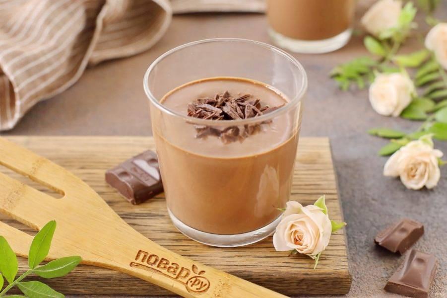 Шоколадно-банановый мусс готов. Можно украсить десерт орехами, шоколадной стружкой, взбитыми сливками или любыми свежими ягодами или фруктами. Приятного аппетита!