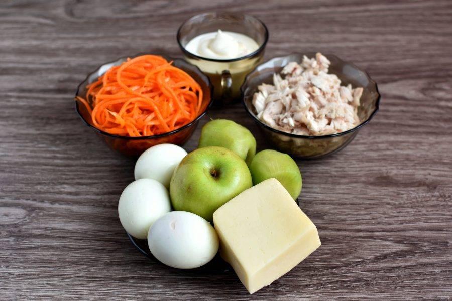 Подготовьте необходимые ингредиенты. Яйца сварите вкрутую. Куриное филе отварите в небольшом количестве подсоленной воды, остудите и мелко нарежьте или разберите руками на волокна.