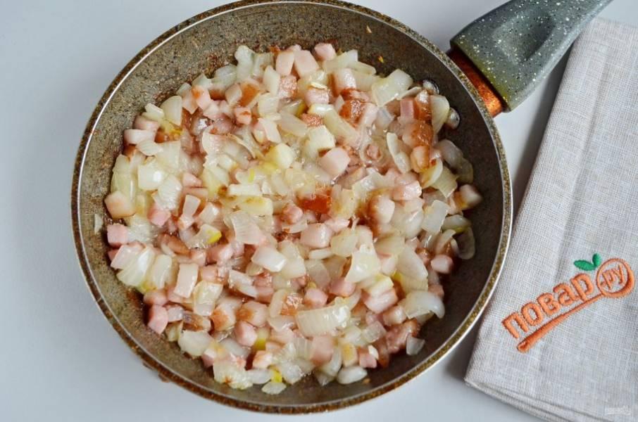 Порежьте кубиками лук, добавьте его к бекону и жарьте до готовности всех продуктов. Посолите, поперчите по вкусу.