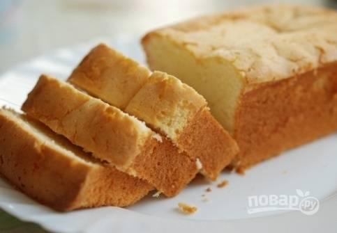 5. Запекайте кекс до румяности, около 45-50 минут, в зависимости от размера формы. Перед подачей можете присыпать его сахарной пудрой, полить шоколадом или глазурью.