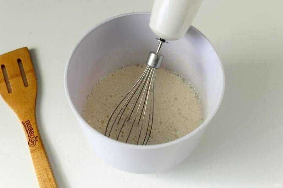 Взбейте яйца с сахаром и ванилином.