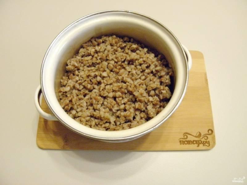 Отварите гречневую крупу в двух стаканах воды с солью.