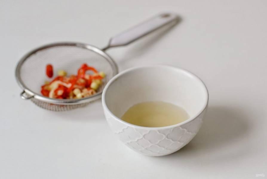 Процедите воду с лемонграссом и перцем.