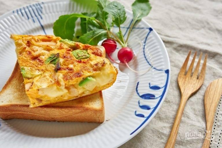 6.Нарежьте готовое блюдо кусочками и подавайте горячим к столу. Приятного аппетита!