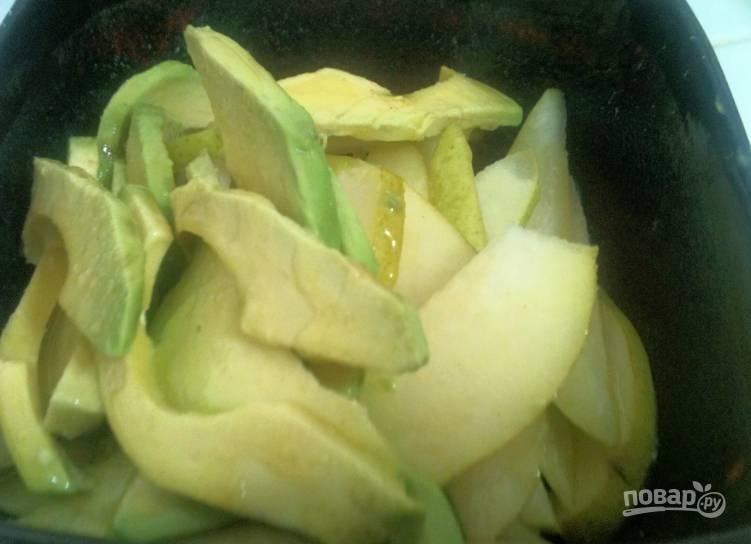 Авокадо и грушу порежьте тонкими ломтиками. Лучше делать это прямо перед подачей, чтобы фрукты не почернели. А если делаете заранее, сбрызните лимонным соком.