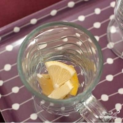 В чашки или бокалы, из которых будем пить чай, кладем немножко кубиками нарезанного лимона.