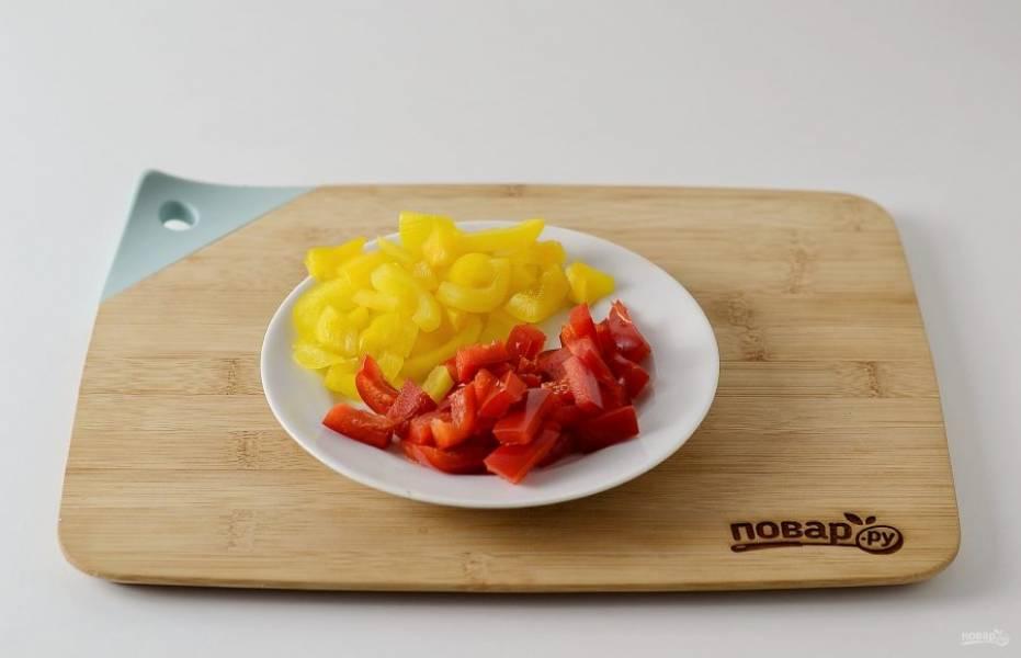 Болгарский перец нарежьте тонкими полосками.