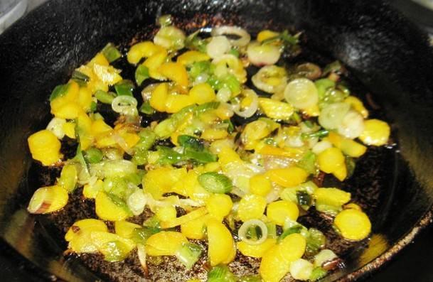 2. Обжарим зеленый лук. Затем добавим измельченную морковку. Эту зажарку отправляем  в суп.