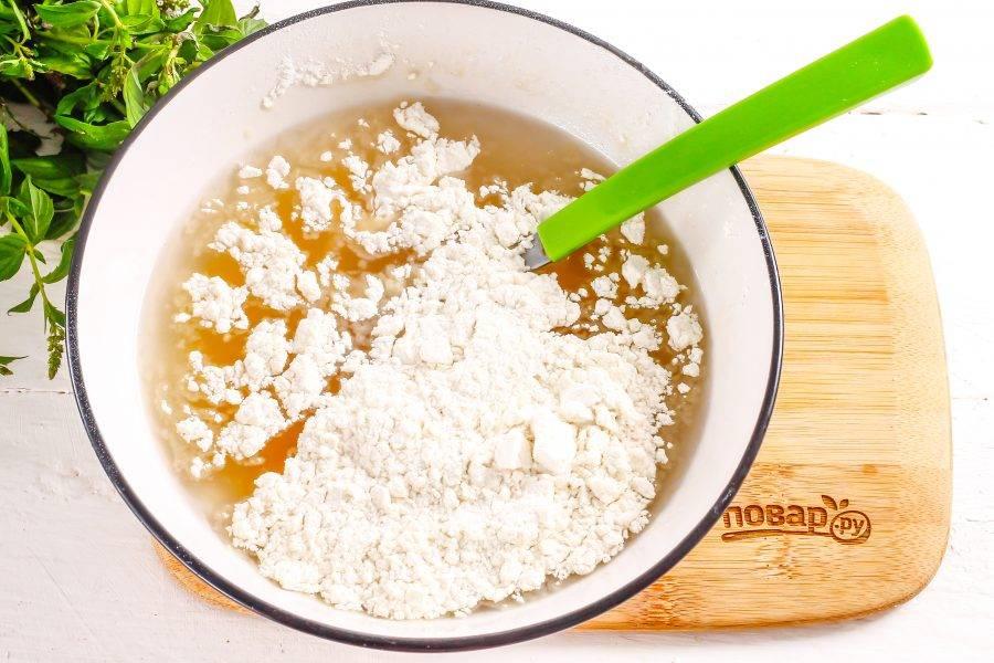 Всыпьте просеянную пшеничную муку, замесите песочное тесто.