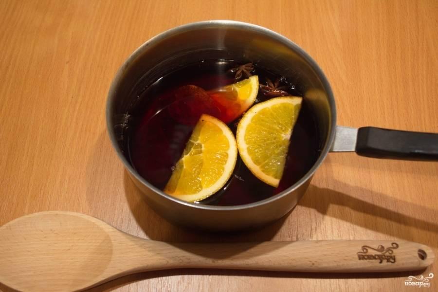 Залейте красным вином и на небольшом огне поставьте закипать.