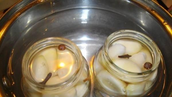 5. На следующий день воду сливаем. В каждую банку добавляем по ложке-второй уксуса, и заливаем охлажденным маринадом (из 0.5 воды, соли и сахара). Стерилизуем 5 минут.