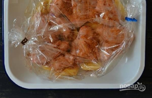 4. Выложите крылья с картофелем в рукав и закрепите края. Отправьте в жаропрочной форме в духовку и запекайте при температуре 200 градусов минут 40-50 до готовности.