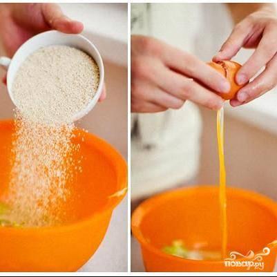 Выделившуюся жидкость с кабачков сливаем, добавляем к ним панировочные сухари, мелко нарубленную зелень мяты и яйцо. Солим, перчим и хорошенько перемешиваем.