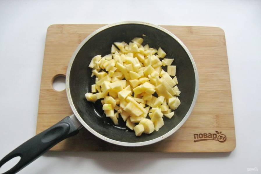 2. Яблоки помойте, очистите и нарежьте небольшими кубиками. Выложите в сковороду.