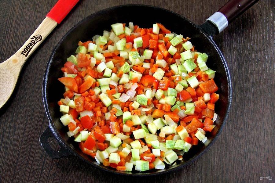 Обжарьте овощи на сковороде до мягкости.