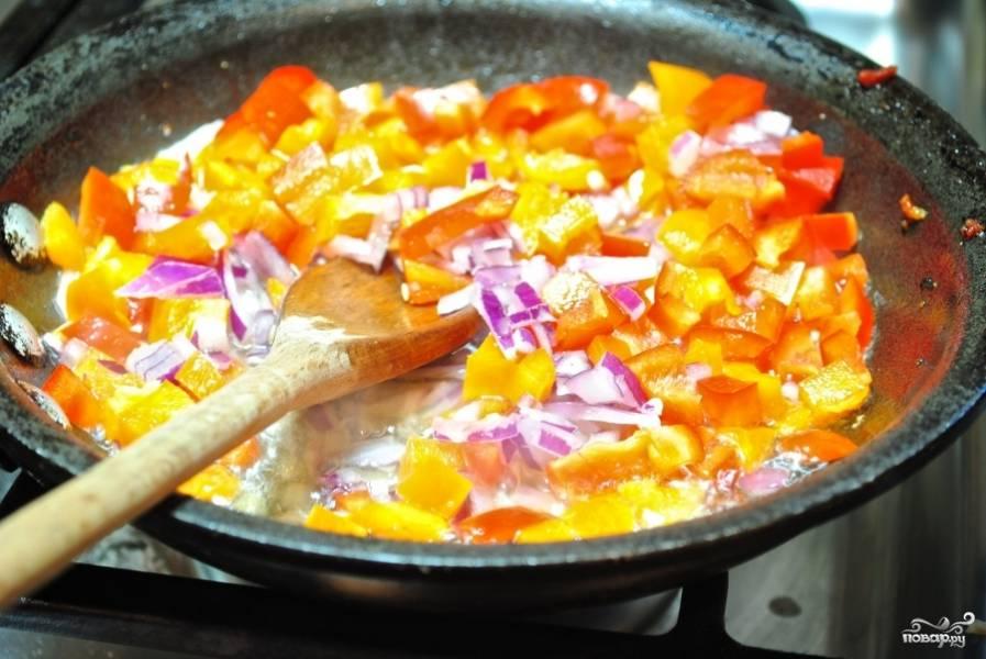 Затем в туже сковороду выложите рубленные сладкий перец и лук. И тушите 3-4 минуты.