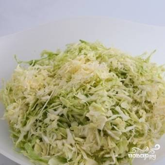 Тонко шинкуем капусту, кладем в салатницу.
