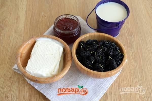 Шелковицу промойте водой, удалите мелкий сор, порченую ягоду. Отрежьте хвостики.