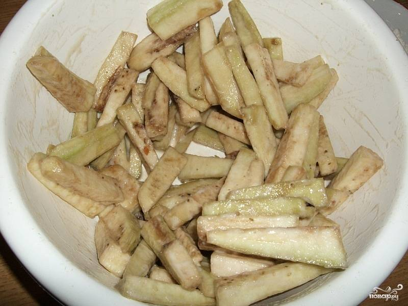 3. В тесто добавить несколько капель соевого соуса и готовой массой, залить баклажаны. Хорошо перемешиваем, так чтобы полностью покрыть баклажаны.