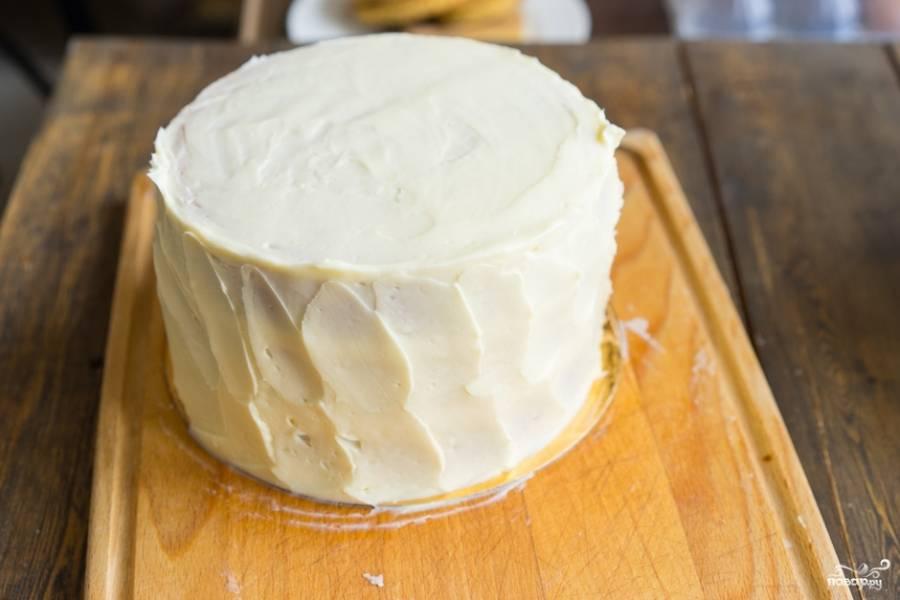 Взбиваем сгущенку с маслом. Пропитываем кремом наши бисквитные коржики. Крема не жалеем. Хорошо промазываем внутри и снаружи!