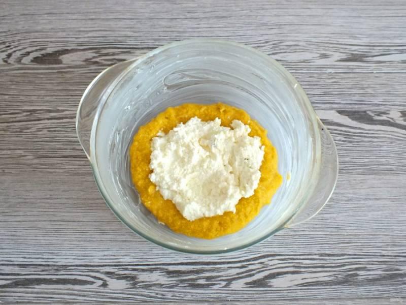 Форму диаметром 20-22 см. смажьте обильно сливочным маслом. Выложите на дно 2,5-3 ст.л. тыквенной массы. На нее 1 ст.л. творожной массы. Чередуя массы заполняйте форму.