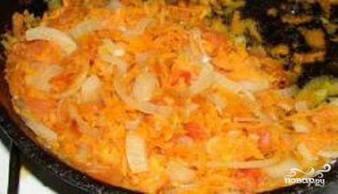 2.Пока картофель варится, можно приготовить следующие ингредиенты. Вымыть  и почистить морковь и лук. Лук порезать мелкими кубиками, а морковь нарезать соломкой или натереть на мелкой терке. Грибы перебрать, вымыть и нарезать небольшими кусочками. Разогреть на сковородке масло и обжарить в нем овощи.
