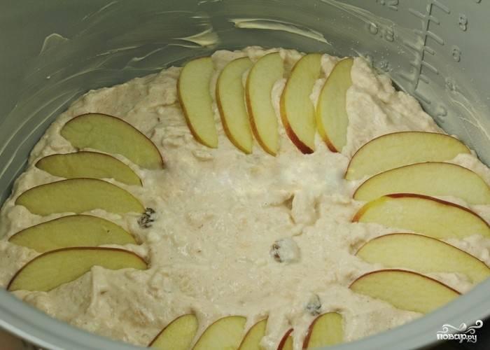 """7.Оставшееся яблочко нарежьте тонкими дольками и выложите поверх запеканки по кругу. Закройте крышку мультиварки и выставьте режим """"Мультиповар"""", время — 1 час, температура — 120°С."""