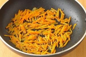 Обжарьте морковь на масле, до мягкости.