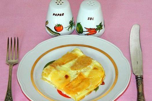Как только яичная смесь застынет, форму можно извлекать из духовки и подавать горячее угощение к столу. Приятного всем аппетита!