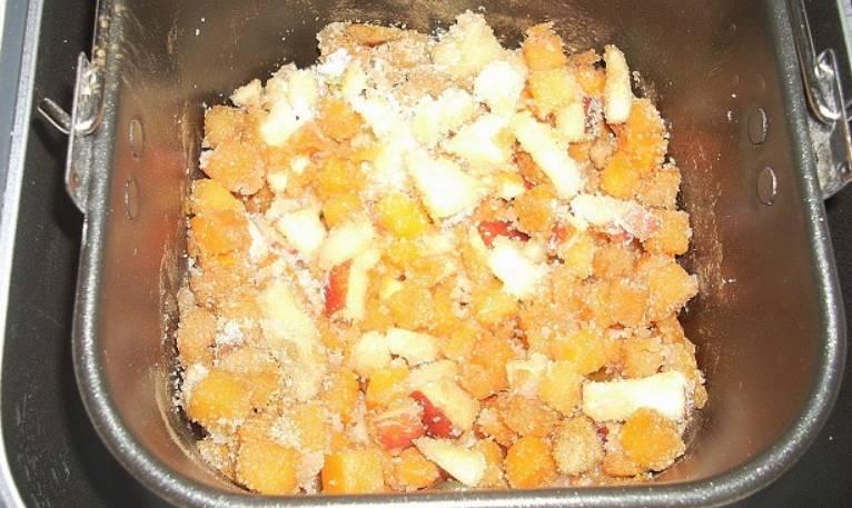 """Складываем в ведерко хлебопечки: замороженную тыкву, яблоки, сахар и корицу. Выставляем программу """"Джем""""."""