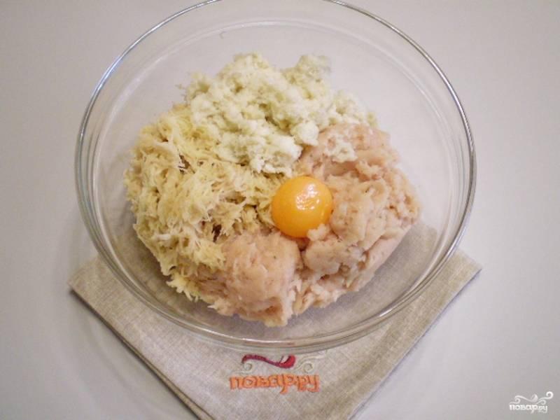 Соедините куриный фарш с желтком, хлебом в сливках и картофелем. Перемешайте.