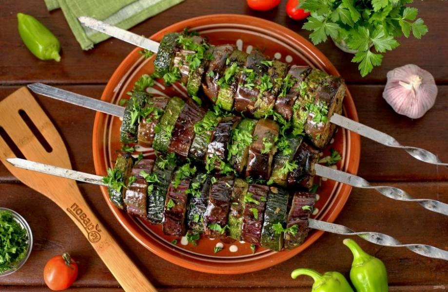 Шашлык из кабачков и баклажанов готов. В результате получаем сочные и одновременно нежные овощи, которые можно подавать на стол как самостоятельное блюдо или как гарнир к мясу. Приятного аппетита!