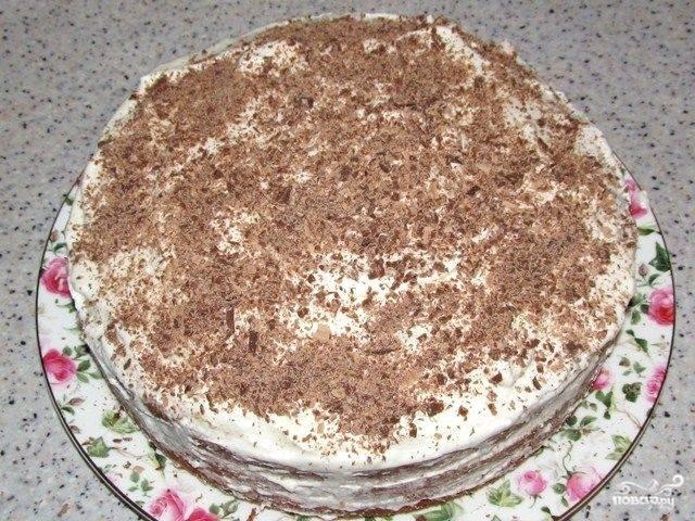 Также обмажьте сливками бока торта, посыпьте тертым шоколадом. Можете сразу скушать торт, но я советую поставить его на полчаса в холодильник, чтобы он пропитался.