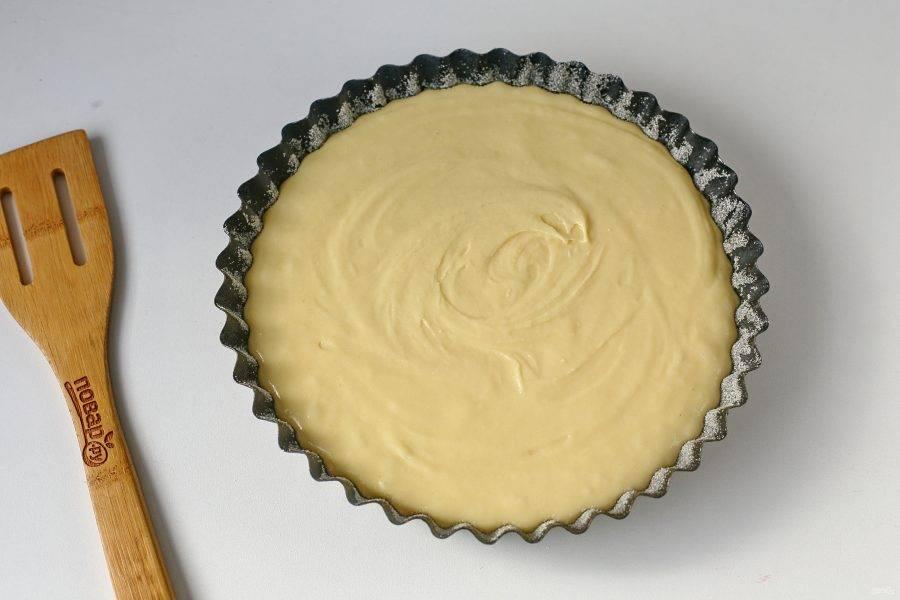 Форму для выпечки смажьте маслом, дно и бока присыпьте мукой или манкой и вылейте тесто. Запекайте в духовке при температуре 160 градусов около 50 минут.