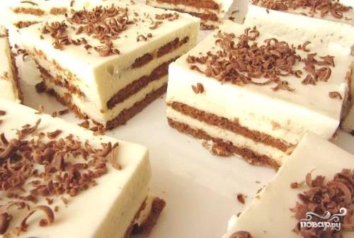 Торт уберите в холодильник на 8 часов под плотной крышкой. При подаче сверху натрите шоколад. Приятной дегустации!