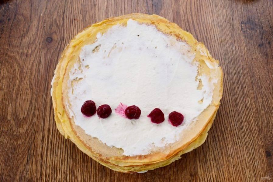 5.    Творог, сахарную пудру, сметану, ванилин взбейте с помощью блендера до состояния крема. Смажьте им блинчики, выложите несколько ягод вишен. Заверните рулетом, разрежьте пополам по косой.