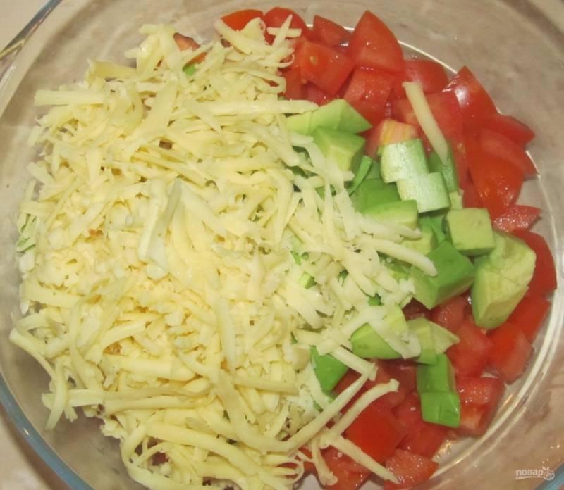 5.Твердый сыр натираю на крупной терке и добавляю к остальным продуктам.