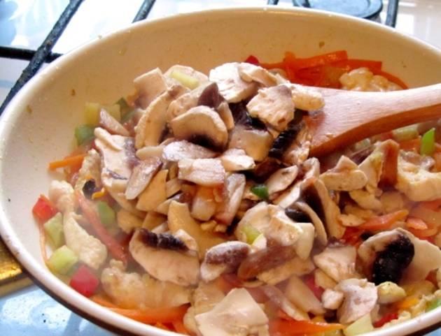 И грибы, и перец жарьте на слабом огне еще 5 минут. Затем отставьте с огня для остывания.