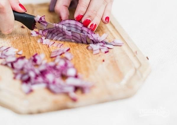 1. Очистите и измельчите луковицу.