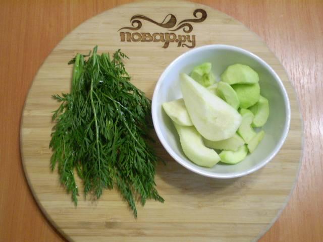 У зелени срезаем толстые веточки. Фрукты очищаем от кожуры и семян.