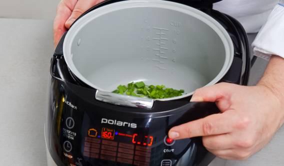 """Лук моем и режем. Чеснок очищаем и раздавливаем. Обжариваем их в оливковом масле в мультиварке на режиме """"Мультиповар""""в течении 2 минут при температуре 160 градусов."""